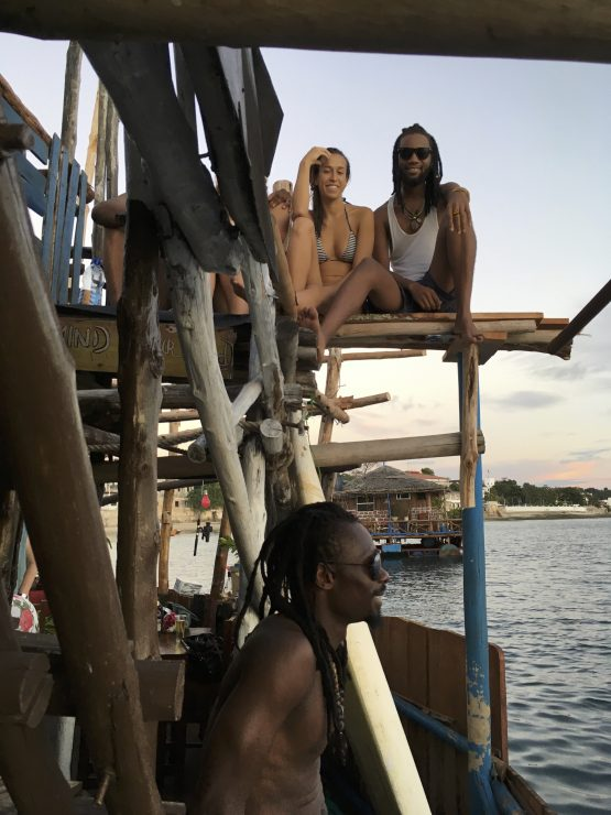 Houseboot, junge Leute, Sansibar