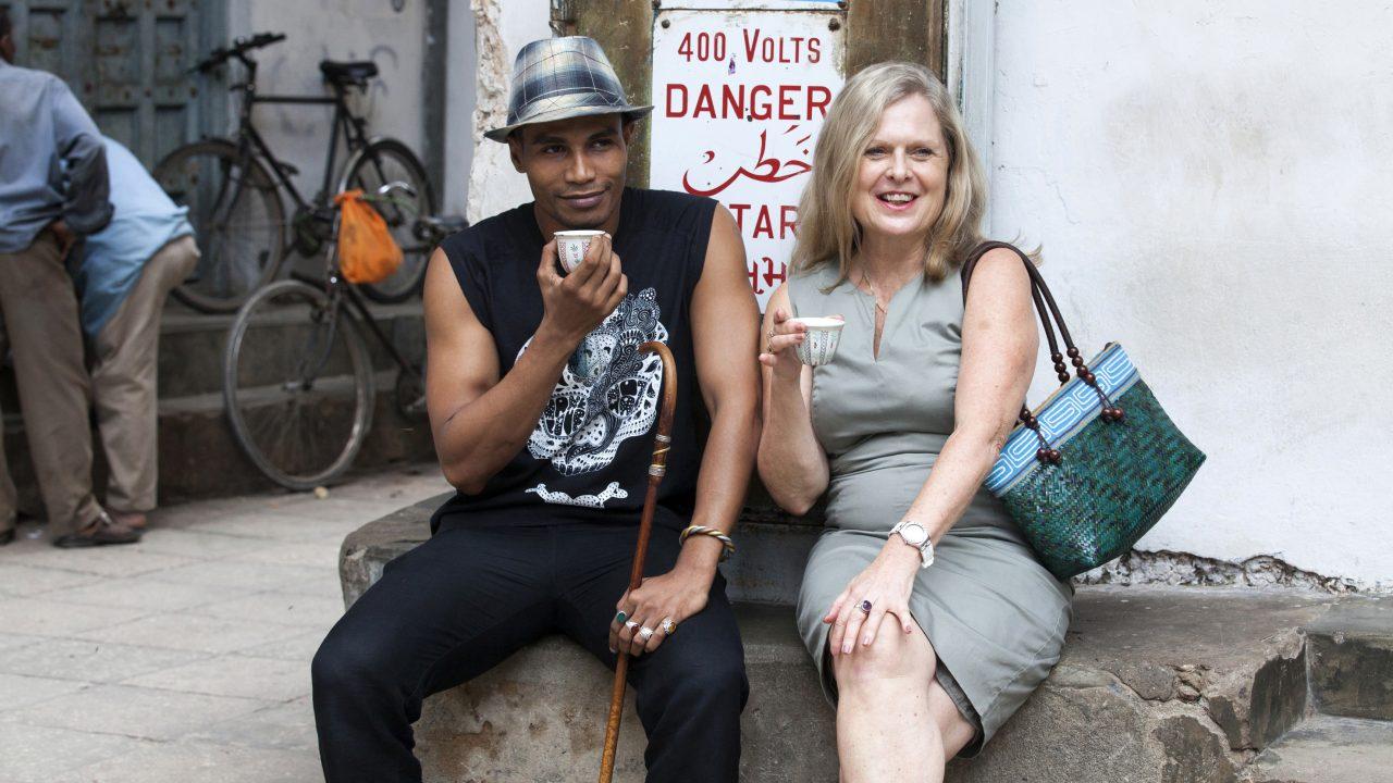 Andrea Tapper und Ahmed Ally in der Altstadt von Stonetown / Sansibar Fotograf: Robin Batista