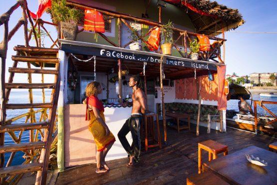 Das erste Partyfloß vor der Küste Zanzibars - Dreamers Island