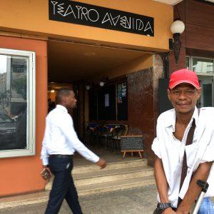 Stadtfuhrer Walter Tembe Maputo vor Teatro Avenida