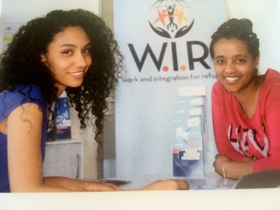 zwei Frauen vor Plakat